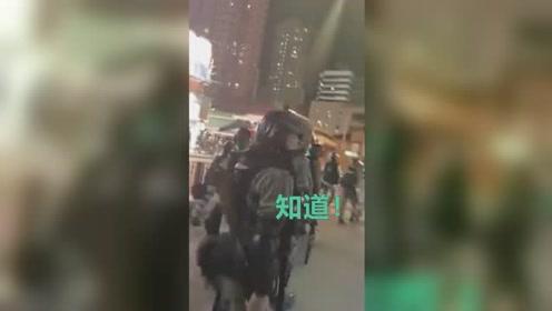 """暖心!香港市民高喊 """"阿Sir加油"""" 港警边走边回应:知道"""