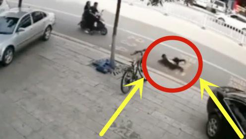 太可怕!男孩马路玩平衡车摔倒,不料下秒直接被拖向车底!