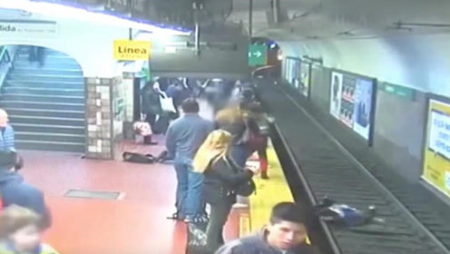 有惊无险 女子被路人撞倒跌入铁轨昏迷险丧命