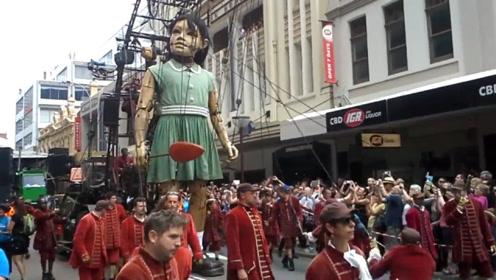 """国外街头出现""""巨人女孩"""",身高11米还能走路,凑近看十分怪异"""