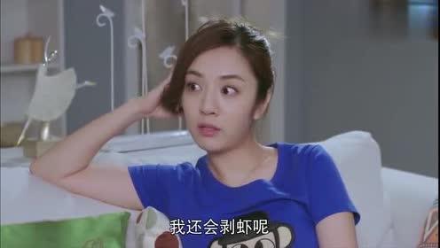 乔安:美女看闺蜜把香肠切成段一脸惊讶!美女:我喜欢整根吃!
