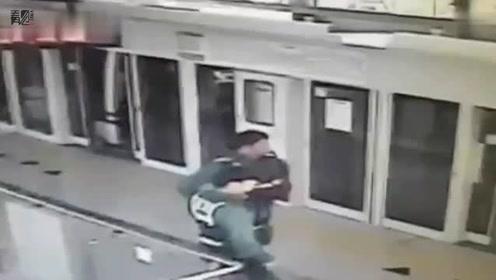 韩国男子拿4台手机坐地铁偷拍女性身体 相册中发现近千张偷拍照