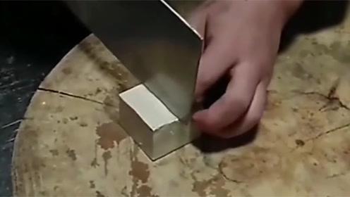 这是我们店的大厨,三刀把一块豆腐切成了四块,厉害了!