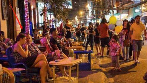 中国小伙去老挝,夜晚在街头看到这一幕,难怪是游客的天堂!