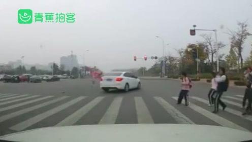 山东烟台一私家车闯红灯,人行横道上撞飞小学生