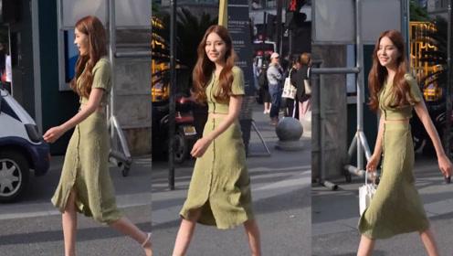 绿色的漏腰套裙,优雅大方,彰显做姐姐简单迷人的独特气质!
