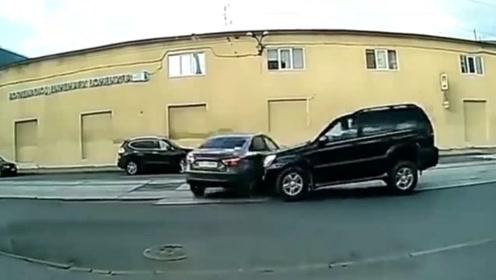 """行车记录仪实拍:这么牛的司机咋不""""上天""""呐,厉害!"""
