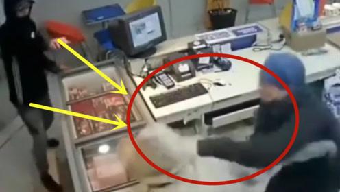 男子冲进商店抢劫,不料店员是个硬茬子,下一秒霸气了!