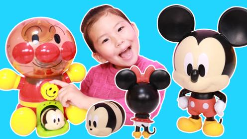 苏菲娅在面包超人扭蛋机里转出米奇和米妮!你们喜欢哪个迪士尼玩偶呢?