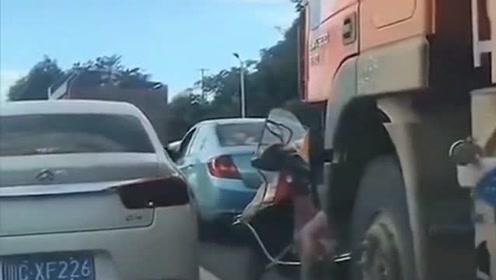 大车盲区多,尽量远离,不然后果非常严重!