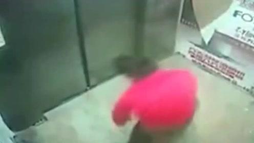 男孩电梯内自嗨尬舞 随手把垃圾扔在门口