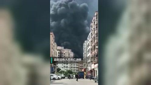 东莞虎门一泡沫制品厂突发火灾 现场浓烟滚滚
