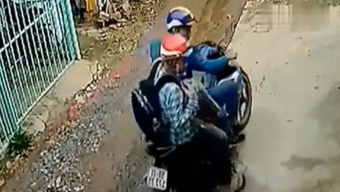 男子骑摩托车来到巷子,女孩发现不对劲,赶紧去追!
