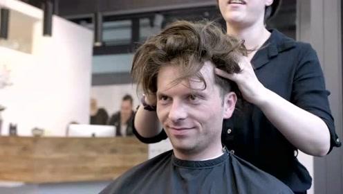 中年大叔秃顶感觉太显老,贴假发后,颜值瞬间好多了