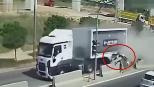货车把抢道轿车夹的粉碎,男子还能活了下来,要不是监控谁能信!