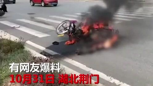 湖北荆门两摩托车相撞一车起火,一人瞬间被烧成焦炭,监控拍下惨烈瞬间!
