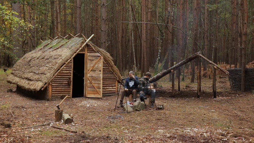 两父子丛林生活,在小屋旁再建棚屋,日子过得悠闲自在
