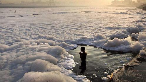 """印度的""""白色河流"""" 里面几乎没活物,当地人却用它饮水洗澡!"""