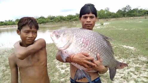 一条河干旱后,男子意外抓到条奇怪鱼物种,这到底是鲫鱼还是鲤鱼?