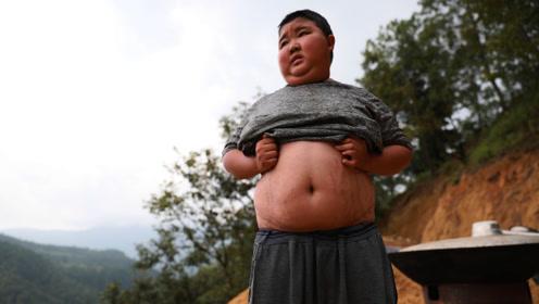 """小男孩被嘲笑像猪八戒, 父亲""""卖""""地救他,一顿饭却差点要了命"""