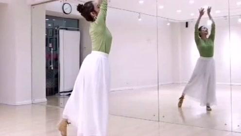 姐姐在室内舞一曲超火的《无羁》,舞姿优雅,不愧是专业的!