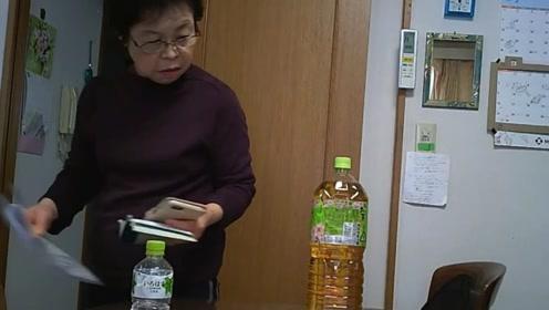 日本小哥钟爱整蛊自家天然呆奶奶 饮料瓶底挖洞