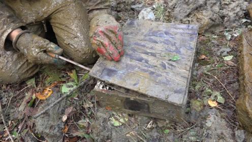 """小伙在野外探寻奇宝,意外发现""""神秘箱子"""",当他打开后不淡定了"""
