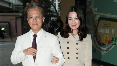 43岁陈少霞与相差19岁老公陪伴左右,深情挽手笑容好甜
