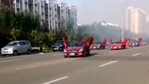 有钱人家的豪华婚车队,敞篷车开着车门狂奔,过路车纷纷让行!