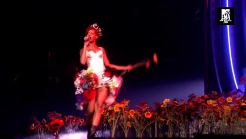 Rihanna在2010 EMA上表演Only Girl经典现场