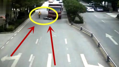 碰瓷还是无意?危急时刻,电动车小货车弃车而逃!