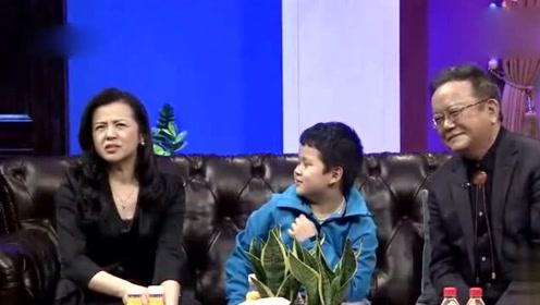 70岁王刚近照曝光,带11岁儿子逛街,如复制粘贴长得超像