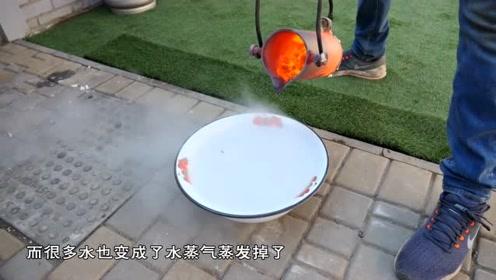 1800融铜倒在沸水中,场面瞬间就失控了,镜头记录全程