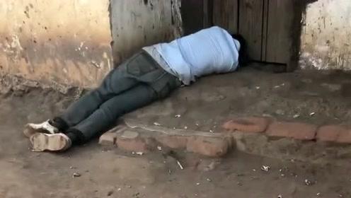 村里这个人天天喝酒,他家旁边就是个酒吧,也不工作喝的连自己家都进不了!