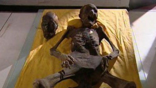 农民修路时挖出棺材,里面女尸不腐且动作奇怪,腿间有黑色物体