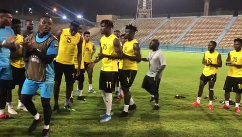 非洲球员踢球开心一个不能少
