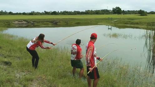 3人野塘边钓鱼,结果兄妹俩相继中鱼,此时此景,看得我都激动了
