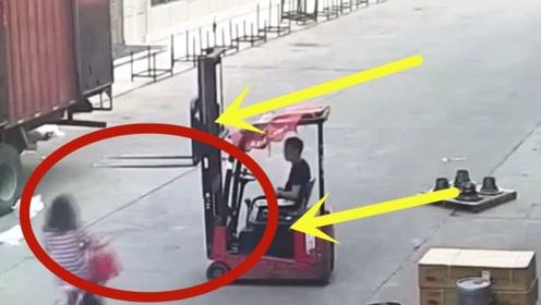 女子下班路上遭重击,这一下看着就很疼,监控回放人们直说活该!
