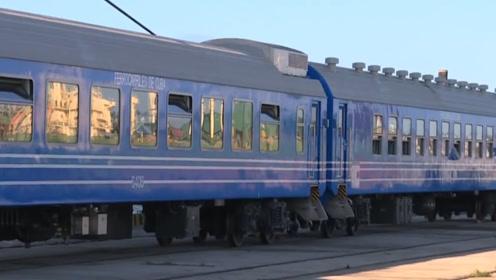 中国火车在国外火了,国产火车在国外启动,引来半座城的人围观