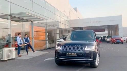 两辆路虎司机来提车,祝老板的生意兴隆,开走时真霸气!
