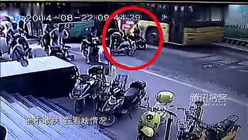 监控实拍:老人撞车身亡小伙真无辜 监控还真相