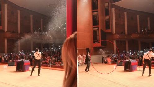 德云社曹鹤阳现场表演《发大财》超嗨,和观众相互泼水丢瓶子