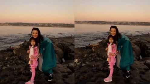 章子怡挺孕肚带醒醒海边游玩,4岁的女儿暴风抽高超像汪峰