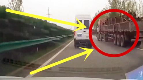 高速上半挂车猛打方向强挤客车,下秒碎成渣,乘客无一生还!