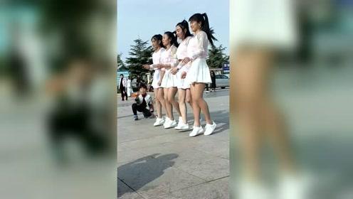 四个漂亮小姐姐广场跳舞,旁边的小帅哥都看迷了