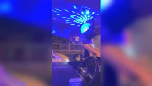 脑洞清奇!司机出租车内安装卡拉OK设备 乘客小哥唱嗨了