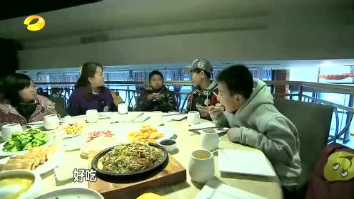 变形记,贫穷农村男孩第一次吃北京烤鸭,竟然只是吃出黄瓜味道