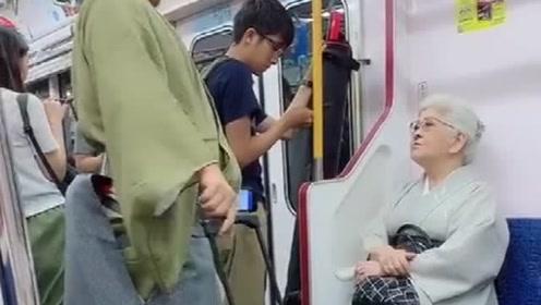 地铁偶遇贵妇,这发型太吸引人了,是为了蹭网而设计的吗?