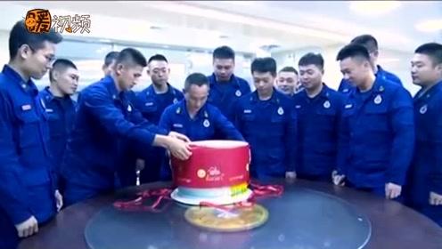 孩子3月被救 母子消防日前夕为消防队送上蛋糕 消防员一眼认出他们