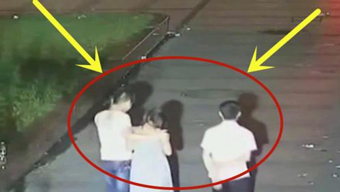 监控实拍:深夜街头偶遇妙龄醉酒女,俩男子心生恶意做了坏事!